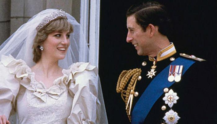 这位威尔士王妃身着婚纱,牵着小女孩的手穿越白金汉宫一间间宏伟华丽