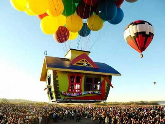 你能够看到各种造型的热气球,小到迪士尼卡通人物,蛋糕,大到马车,城堡图片