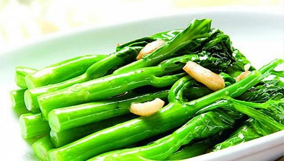 【广东】广州菜价飞涨 菜心一公斤50元 过年期间,广州的菜心价格达到了50元一公斤,比草鱼价格还要高。 《广州日报》从海珠肉菜市场、江南西肉菜市场、东川新街市获悉,三个市场的干水菜心价格分别是36元/公斤,28元/公斤,50元/公斤。而查阅三个市场昨日原条草鱼的价格显示,售价在22~28元/公斤不等。 广州市发改委公布的最新信息称,两种因素导致菜价近年来最高。首先,1月广州出现了罕见冬季暴雨天气,持续44小时,对本地蔬菜尤其是叶菜生产和供应均造成了比较大的不利影响,供应量下降较多,导致1月22日开始叶菜价