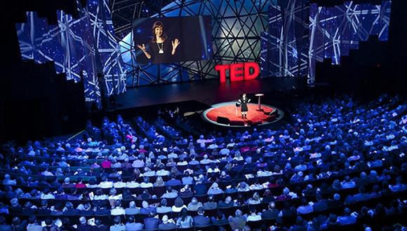 智东西 十四 说起TED,估计大多数人都不会陌生。而在当地时间15日晚上,北京时间今日早间,TED 2016年度大会在加拿大正式揭幕。 今年,TED的主题是梦(Dream)。正如你想的那样,这个以传播创意为宗旨的技术、娱乐和设计大会,吸引了一大票科学、文学、音乐等领域的大咖前来。  在首个演讲日,15位梦想家登台,从电池革命到移植在苹果上的耳朵。关于社会的美好未来,也许就把握在这群人的脑瓜里。 不多言,一一呈现。首先是刚刚提及的这两个想法,其也是推送智能行业发展的潜在动力: 1.