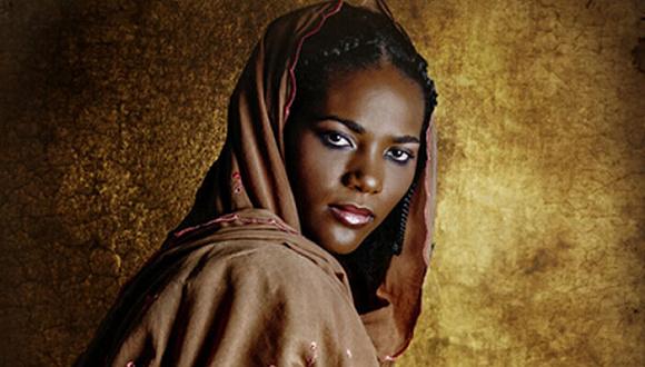 穿上祖母的传统服饰,她用镜头记录下这些非洲女性
