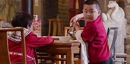 翻译软件用撞脸小岳岳的演员拍了一部端盘子的宣传片