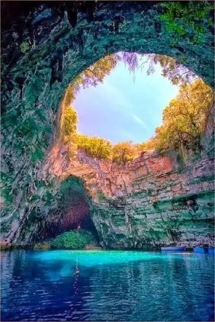 希腊梅利萨尼洞女神的洞穴 被重重森林包围的梅丽萨尼洞,在希腊语意为图片