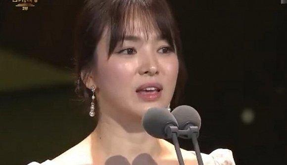 《太阳的后裔》宋慧乔宋仲基得奖后双双落泪