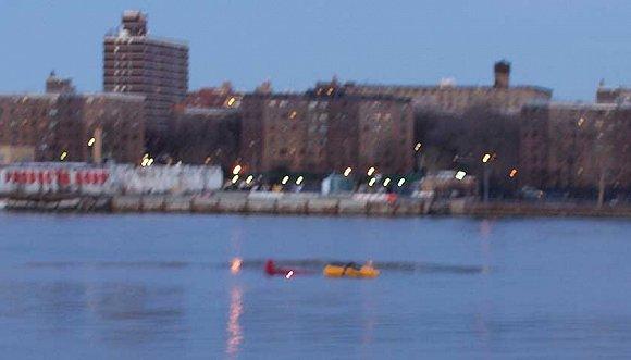 美國紐約一航拍直升機墜河 飛行員生還五名乘客全部遇難