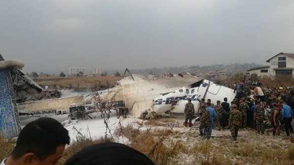 尼泊爾一客機在加德滿都機場降落時墜毀 現場一片濃煙