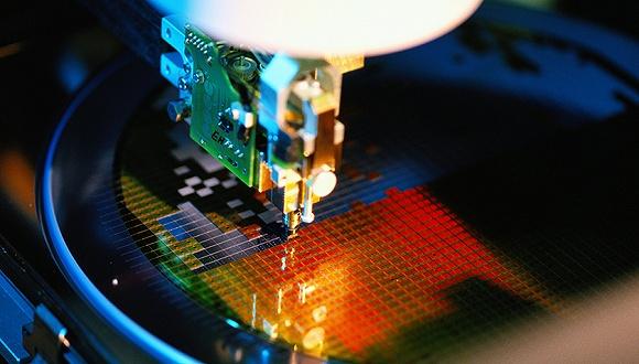 """关键核心领域技术的壁垒太高,花钱投入精力也不一定能够满足。研究机构Gartner研究副总裁盛陵海对第一财经记者表示:""""这也和市场化有关,自由市场上,企业当然是买成熟的芯片。""""更何况国外芯片巨头也在拼命追赶。三星、英特尔每年的研发费用就高达数百亿美元。 研究机构Canalys分析师贾沫对第一财经记者表示:""""目前来讲中国芯片行业要反击还很困难。主要是因为中国在半导体领域,从原料加工到制造的科技实力都比较有限。最上游缺乏强有力布局,即使如华为、小米都可以推出自研SoC(sys"""