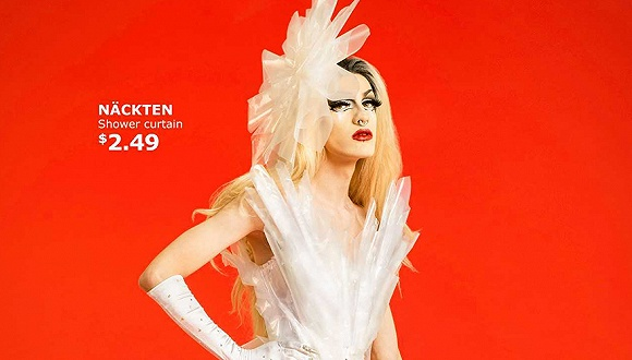 美丽有多少种可能性?宜家最新的一支广告中,即使是浴帘也能变成一件时髦成衣。   宜家加拿大最近推出了一支广告美丽的可能性。乍一看是时装广告,其中有塑料材质的头饰与裙子、材质特别的网状连衣裙等等;穿着这些时装的模特的妆容气质也有些特别。他们其实是异装者drag queen,又称异装王后,指代那些身体性别为男性、外形穿着为女性的群体(有时部分跨性别者也会被成为异装者)。   这些异装者受到宜家邀请,用宜家的单品设计出了这些成衣。看起来挺有未来感的塑料材质裙子,其实是由宜家的透明浴帘NCKTEN制作
