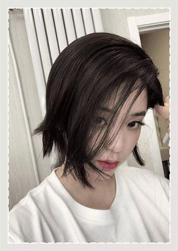 但是这个齐刘海的短发造型,没什么层次感,所以显得没那么灵动