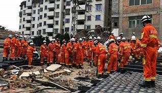 【图集】福建福州一自建平易近房倾圯,发明17名被困人员已救出15人