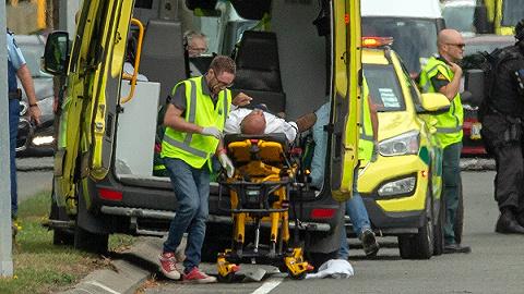 """新西兰遭受""""最阴霾一天"""":两清真寺遇袭已致40人逝世亡,警方逮捕四人"""