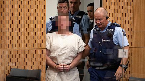 新西兰清真寺枪击案嫌犯首度出庭受审,面露诡异笑容