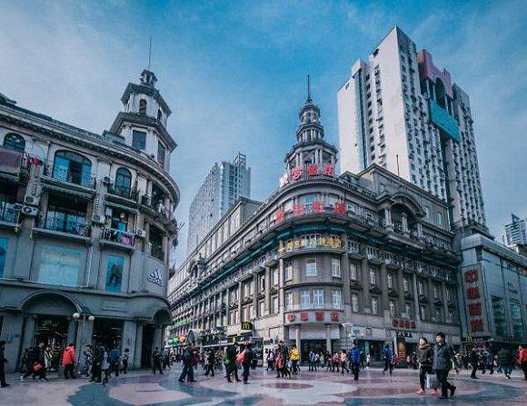 许多城市中心都有一两条步行街,图为武汉江汉路步行街