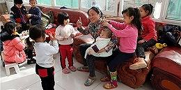 李利娟案细节:被控领收养孩子进工地跳坑阻工,以洗头耳朵过敏为由敲诈6万