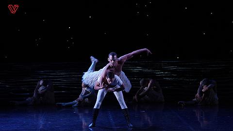 男芭蕾舞者的骄傲不放纵:探秘马修·伯恩《天鹅湖》
