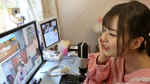 """眼红李佳琦、张大奕带货,批发市场借力""""网红+直播+电商""""突围"""