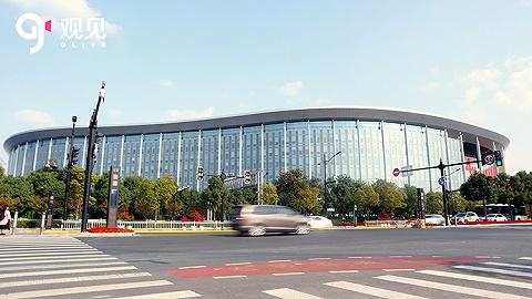 """上海城管执法队员在""""四叶草""""外巡查,清除占道堆物"""