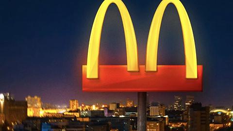 疫情之下,麦当劳的金拱门logo也分开了