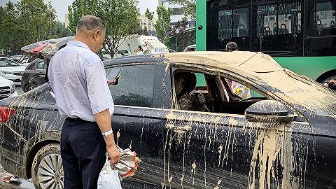 【現場】京廣隧道內外:被淹沒的汽車和尋車人