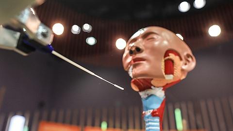 """【图集】无人物流车,VR乒乓球,鼻咽拭子采样机器人:酷炫""""黑科技""""亮相北京服贸会"""
