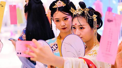 """【图集】中秋汉服热,汉服经济""""破圈""""增长"""
