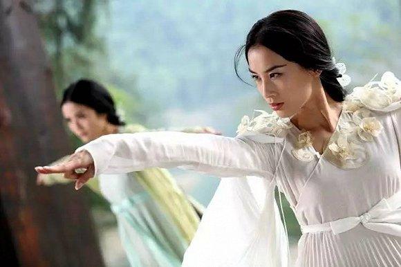 爱她就为她拍电影,杨子用一部《白蛇传说》 表达了对黄圣依的深情,管