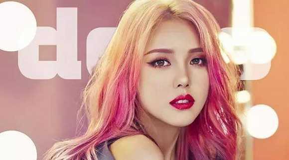 韩流、韩国明星不仅席卷了亚洲,还波及到了欧美,就连 Taylor Swift 等明星都在迷 K-Pop 。风投投资 Papi 酱,高调地堪比黄晓明婚礼,但至今也没琢磨出个靠谱的商业模式,倒是 Papi 酱的视频和人气有点走下坡路之势。但是在韩国,就有这么个女生把网红化妆博客搞成了化妆视频教程,搞成了红及好莱坞的化妆师,甚至还搞出了自己的美妆品牌。