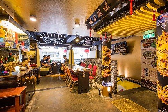 室内装修是传统的中国设计 在城寨餐厅,室内空间是传统的中式风情