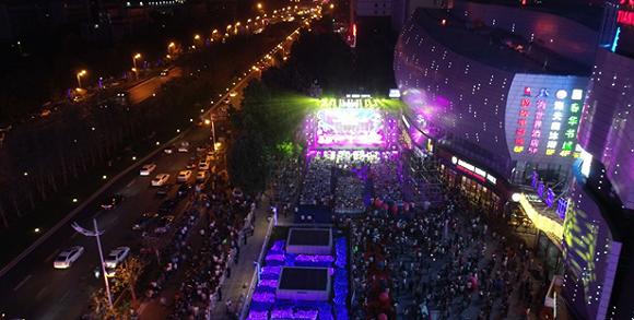 开业当晚,天山海世界广场举行了盛大的开业庆典晚会:激动人心的音乐鼓表演、充满奇幻彩色的灯光秀、紧张有趣的大屏互动游戏、趣味十足的任意门艺术展、华丽的海洋动物主题造型灯光展……现场气氛热烈、欢乐不断。