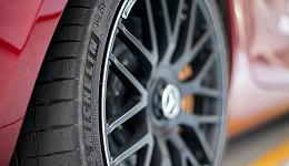 为了让我们体验两款新轮胎性能 米其林包下了一个赛车场