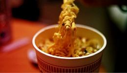 日本每年有大量蔬菜被浪费,因为粘在方便面盒盖上...