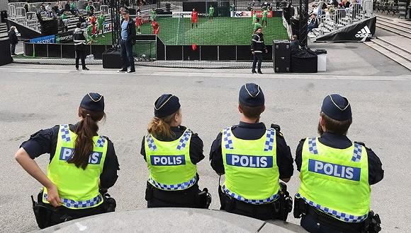 中国游客回述瑞典警察暴力对待事件过程 回应