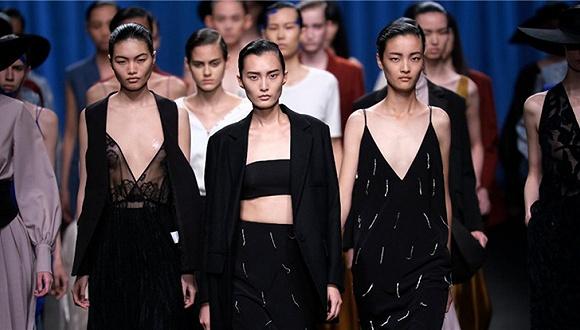"""中国女装品牌衣架把自己2019春夏发布会的主题定为了""""重生"""""""