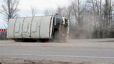 陕西靖边通报大巴车翻车致4死41伤:下雪道路湿滑致侧翻