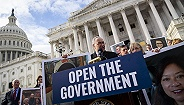 """美政府重启无望公务员排长队领免费餐:这是""""人祸"""""""