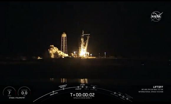 私人航天公司SpaceX的载人飞船首次发射升空