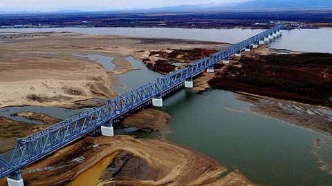 中俄两国首座铁路桥——同江铁路大桥正式合拢