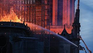 【图集】法国巴黎圣母院发生火灾,市民驻足祈祷