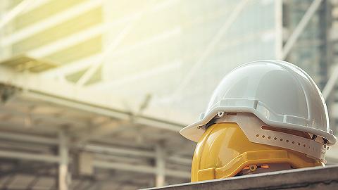 """建筑工人戴劣质安全帽成潜规则:5元""""脆皮""""帽一按一个坑"""
