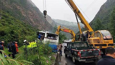 【界面早报】道指历史首次站上27000点 四川旅游大巴被飞石击中致8死16伤
