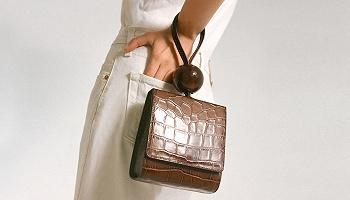 【?#26053;?#38388;】今夏迷你包怎么背才最时髦?#24247;比?#26159;挽在手腕上