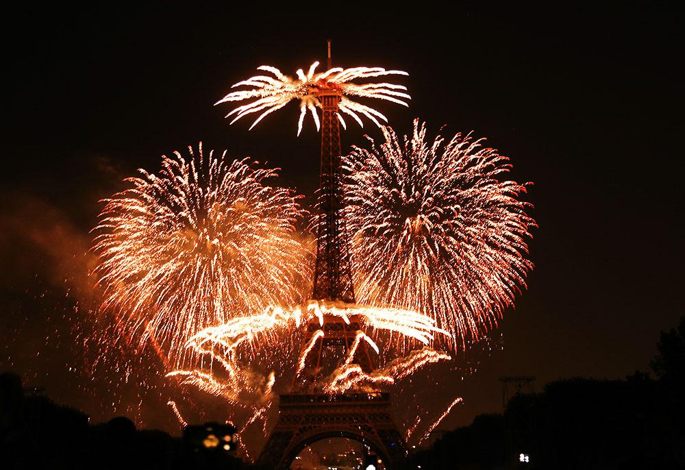 当地时间2019年7月14日,法国巴黎,当地燃放烟花庆祝国庆日。