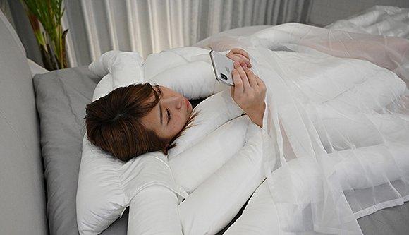 支持躺着玩手机睡姿
