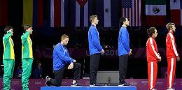 美金牌得主下跪呼吁变革:国家问题太多,自豪不起来
