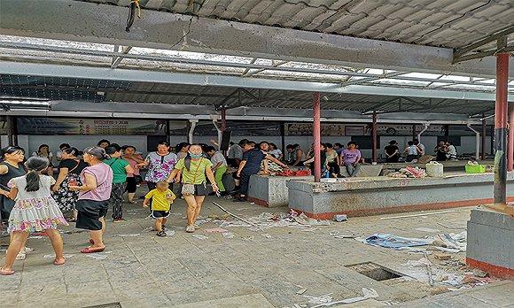 小商品市场被拆除前,乔家堡村村民在市场内商议争取赔偿。拆除前,乔家堡村400多户村民中有200多处在此摆摊为生。摄影:翟星理