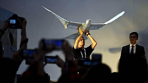 现场丨机器人水?#28014;?#26234;能飞鸟、快递机器狗,仿生机器人正上天下海大显神通