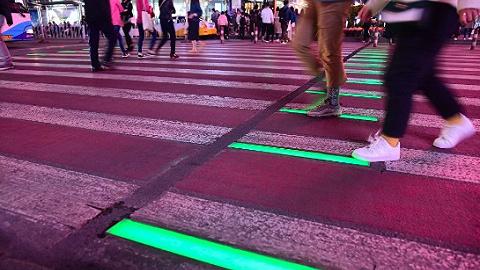 沈阳第一条智能动态人行横道亮相 斑马线亮起红绿灯