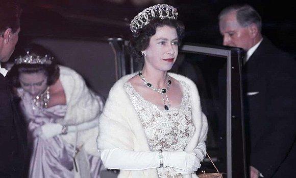 穿了67年皮草的英国女王,决定不再买新皮草图2