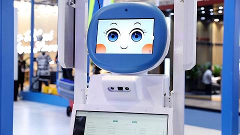 """进博会服贸展区""""无人天团""""背后:科技让服务贸易更智能"""