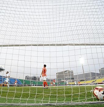 中国足协发布公告:暂缓各俱乐部签署球员工作合同